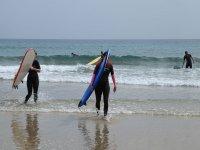 Surfistas saliendo del agua