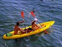 Canoa doble amarillo en el mar