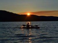 Canoa mientras se pone el sol