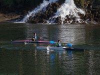 男人做piraguismo两个年轻的皮划艇运动员做几piraguismo