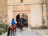 Paseando a caballo hacia el interior del pueblo
