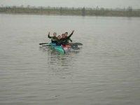 儿童享受划独木舟
