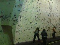 约在一个攀岩墙附近