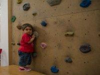 小攀岩墙结束攀登少女