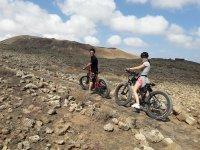 En bici de montana ascendiendo por los caminos