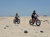 Pedaleando sobre la arena blanca