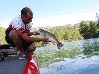 检查河边的鱼