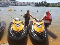 客户和朋友使用摩托艇