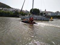 Moto de agua junto al velero