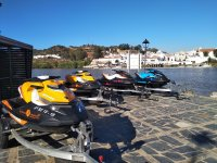 Preparando las motos de agua