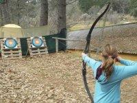 nina practicando tiro con arco