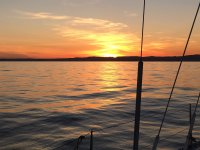 El sol se pone desde el barco