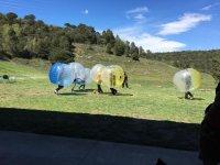 Burbujas luchando por el balon