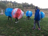 Supervisando el partido de futbol burbuja