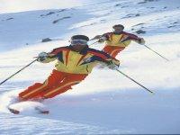 滑雪者沿着跑道走下去