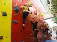 特征的墙壁屋顶上的登山攀岩抱石在Peques学爬