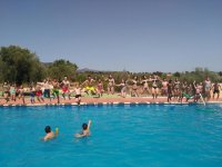 Saltando de la mano a la piscina