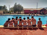 Sentadas en el borde de la piscina