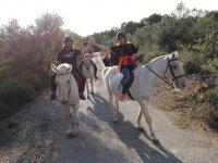 Dandose la mano a caballo