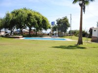 Jardin con piscina