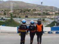 Pilotos delante de la pista
