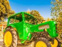 拖拉机休闲城镇的绿色种子