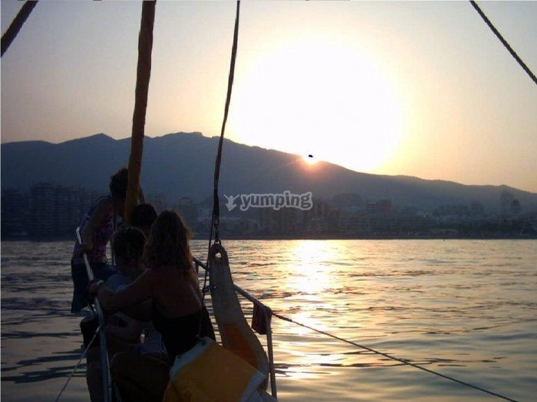 舟夜游船在日落