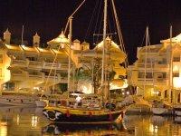 Paseo en barco nocturno