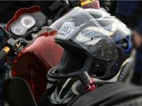 Casco sobre la moto