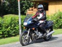 Motociclista a bordo de su vehiculo