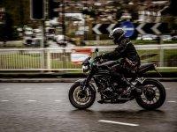 Pilotando la moto en ciudad