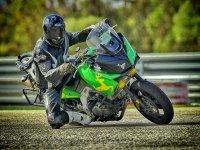 Pilotando moto de trail