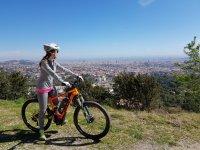 女孩观察自行车的景色