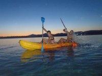 Remando en el kayak al atardecer