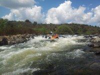 Pasando un rápido con el kayak