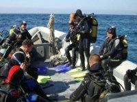 Preparando el equipo para la inmersion en la embarcacion