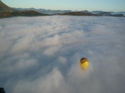 在比斯開省的天空上坐热气球与拍照片和拍视频1h 15m