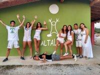 Grupo en la pared verde