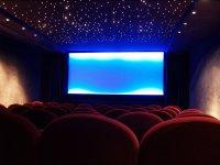Sala de cine con luces en el techo