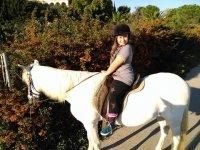 nina caballo blanco