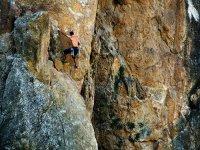克服重力并爬山