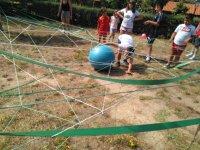 Cogiendo la pelota bajo las cuerdas