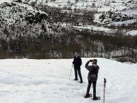 带着雪鞋在埃斯卡赖谷中滑行