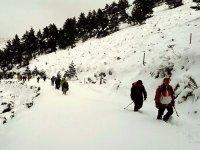 中的雪靴与雪靴攀登陡峭的道路