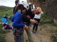 Asegurando a la joven escaladora