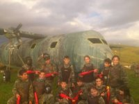 Paintball infantil junto al avion de guerra