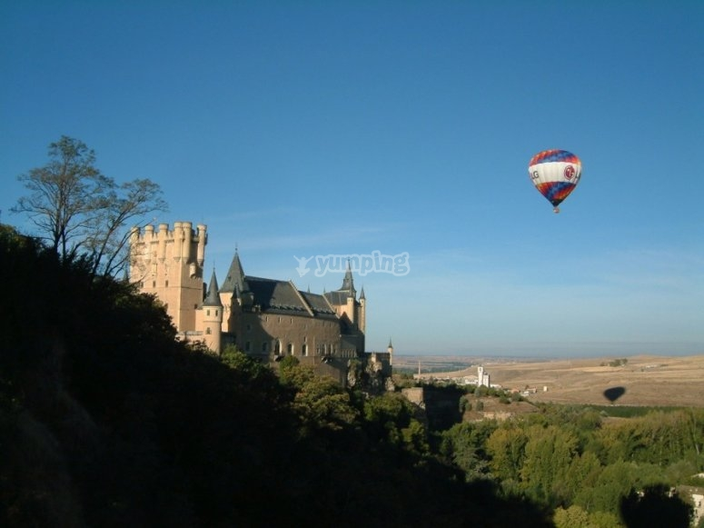 Globo aerostático volando sobre Segovia