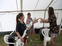 Amigas del campamento tocando la guitarra electrica