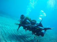 Brazos abiertos bajo el agua