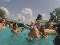 Alumnos jugando en la piscina